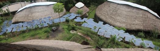 Green School: paneles solares que proveen de energía a la escuela.