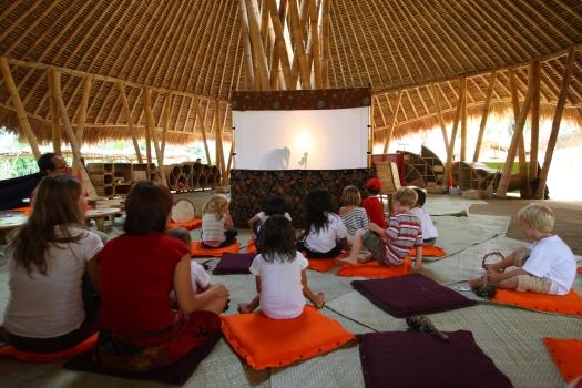 Green School de Bali: teatro de sombras.