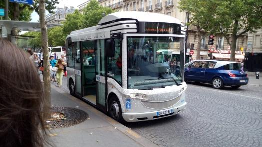 Por un euro, uno se puede subir a este minibús para visitar la Fundación.