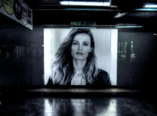 Poster en un pasillo del metro.