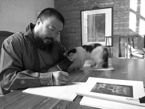 Ai en su estudio de Berlín, acompañado por uno de sus gatos.