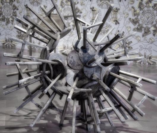 Escultura con sillas, exposición Libero, Florencia.