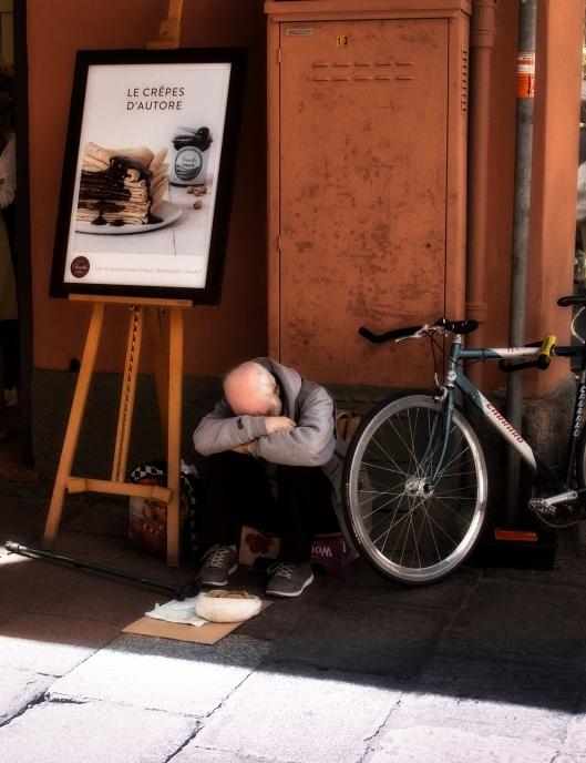 Bici con hombre sentado.